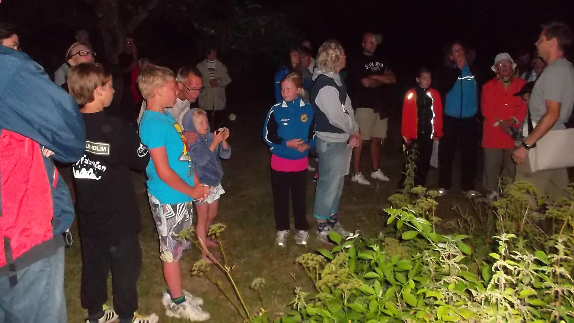 Vid Mjölmöllan på Hovdala fikar vi. Vi pratar samtidigt om fladdermöss och lär oss hur fladdermusdetektorn funkar.